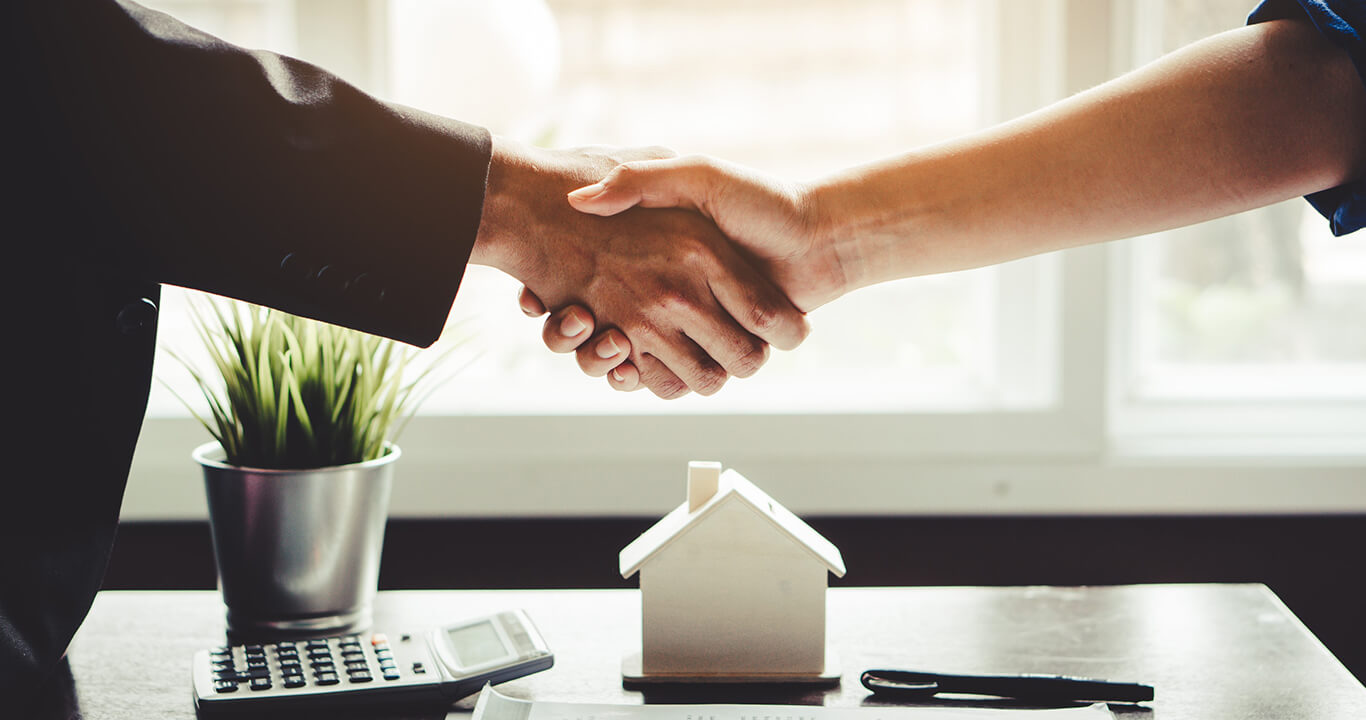 people-shaking-hands-homeowners-insurance